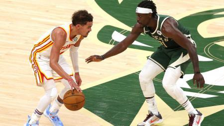 Trae Young (Hawks) dijaga oleh Jrue Holiday (Bucks) di game pertama Final Wilayah Timur NBA (24/06/21). - INDOSPORT