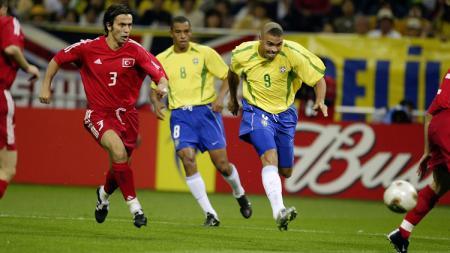 Ronaldo Nazario mencetak gol kemenangan Brasil dalam pertandingan semifinal Piala Dunia kontra Turki, 26 Juni 2002. - INDOSPORT