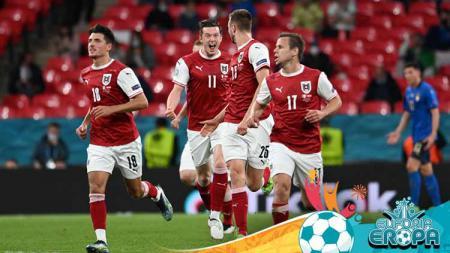 Selebrasi pemain Austria, Sasa Kalajdzic (nomor 25) merayakan golnya dengan Michael Gregoritsch. - INDOSPORT
