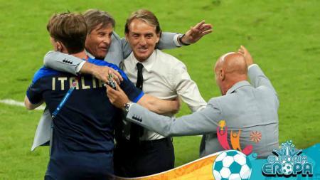 Gabriel Oriali merayakan dengan pelatih Italia Roberto Mancini pada peluit akhir pada pertandingan babak 16 besar Kejuaraan UEFA Euro 2020. - INDOSPORT