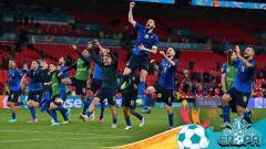 Indosport - Para pemain Italia merayakan kemenangan atas Austria setelah perpanjangan waktu dalam pertandingan babak 16 besar Euro 2020.