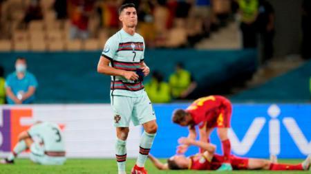 Cristiano Ronaldo melepas ban kaptennya di laga Euro 2020 Belgia vs Portugal. - INDOSPORT
