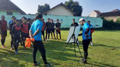 Indosport - Pelatih Sriwijaya FC, Nilmaizar, memberikan taktik dan strategi jelang laga melawan Rans Cilegon FC.