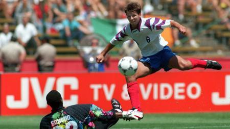 Aksi striker legendaris Rusia, Oleg Salenko, dalam pertandingan Piala Dunia kontra Kamerun, 28 Juni 1994. - INDOSPORT