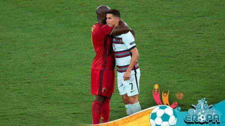 Romelu Lukaku trlihat menghibur Cristiano Ronaldo. - INDOSPORT