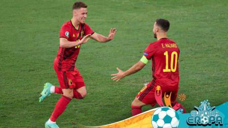 Thorgan Hazard merayakan gol dengan Eden Hazard di laga Euro 2020 Belgia vs Portugal. - INDOSPORT