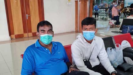 Sekertaris klub PSMS, Julius Raja (kiri), saat mendampingi Ilham Fathoni (kanan) saat hendak kembali bertolak pulang ke Medan dari Banda Aceh, Senin (28/06/21). - INDOSPORT