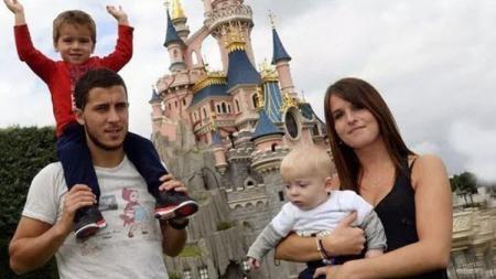 Eden Hazard (kiri) bersama istrinya, Natacha van Honacker dan kedua anaknya - INDOSPORT