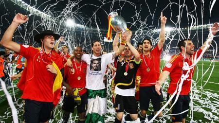 Segenap pemain Spanyol mengarak trofi Piala Eropa usai mengalahkan Jerman di final, 29 Juni 2008. - INDOSPORT