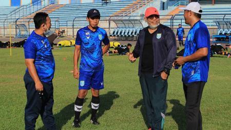 Pelatih Persela Lamomgan, Iwan Setiawan, berbincang dengan stafnya. - INDOSPORT