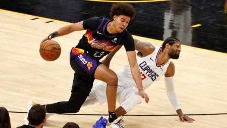 Cameron Johnson berduel dengan Paul George di game ke-5 Final Wilayah NBA 2021 (29/06/21). - INDOSPORT