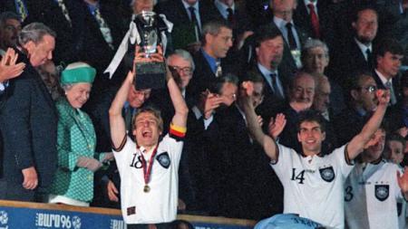 Timnas Jerman menjuarai Piala Eropa usai mengalahkan Republik Ceko di final, 30 Juni 1996. - INDOSPORT