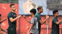 Indosport - Pelatih Persik Kediri, Joko Susilo, memberi penilaian awal untuk tiga pilar asingnya saat debut dalam laga uji coba menjamu KS Tiga Naga.