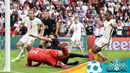 Duel pemain di titik penalti pada pertandingan babak 16 besar Kejuaraan UEFA Euro 2020 antara Inggris vs Jerman.
