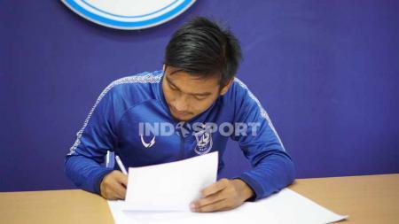 Ahmad Syiha Buddin saat menandatangani kontrak bersama PSIS senior. - INDOSPORT