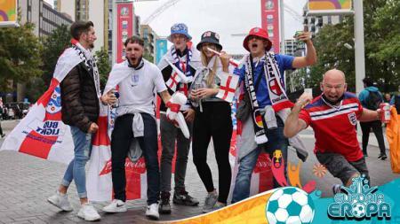 Fans Inggris merayakan kemenangan timnya di depan stadion. - INDOSPORT