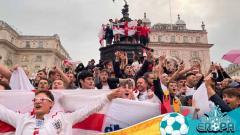 Indosport - Fans Inggris merayakan kemenangan timnya.