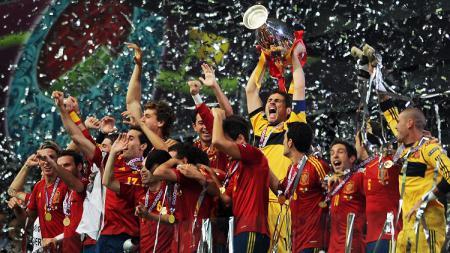 Seremoni juara Spanyol usai mengalahkan Italia dalam pertandingan final Piala Eropa, 1 Juli 2012. - INDOSPORT