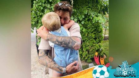 Pulang dari Euro 2020, Victor Lindelof, bek Timnas Swedia dan Man United mendapat pelukan dari anaknya - INDOSPORT