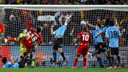 Aksi striker Uruguay, Luis Suarez, menghentikan peluang Ghana dalam pertandingan Piala Dunia, 2 Juli 2010. - INDOSPORT