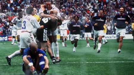 Pemain Prancis bersuka cita usai mengalahkan Italia via adu penalti dalam pertandingan Piala Dunia, 3 Juli 1998. - INDOSPORT