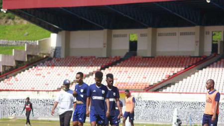 Skuat Persipura saat menjalani latihan di Stadion Mandala Jayapura. - INDOSPORT