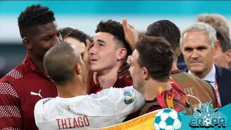 Thiago Alcantara menenangkan Ruben Vargas. - INDOSPORT