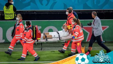 Leonardo Spinazzola dari Italia ditandu keluar lapangan akibat cedera pada Kejuaraan UEFA Euro 2020.