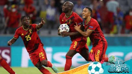 Romelu Lukaku dari Belgia merayakan dengan Jeremy Doku dan Youri Tielemans usai mencetak gol pertama timnya.