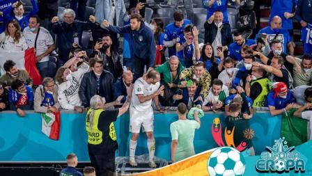 Pemain Timnas Italia, Giorgio Chiellini, merayakan kemenangan dengan para pendukungnya pada perempat final Kejuaraan UEFA Euro 2020 antara Belgia vs Italia.