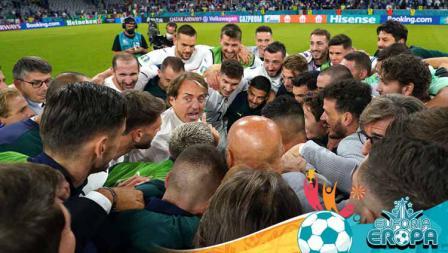 Pelatih Timnas Italia, Roberto Mancini, dan para pemain Italia merayakan kemenangan di akhir pertandingan perempat final Euro 2020.