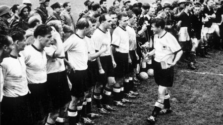 Jerman Barat menjuarai Piala Dunia usai mengalahkan Hungaria di final, 4 Juli 1954. - INDOSPORT