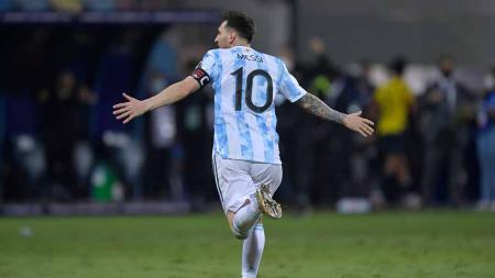 Selebrasi pemain Argentina, Lionel Messi usai mencetak gol untuk timnya melalui penalti pada perempat final Copa America Brasil 2021 antara Argentina vs Ekuador. - INDOSPORT