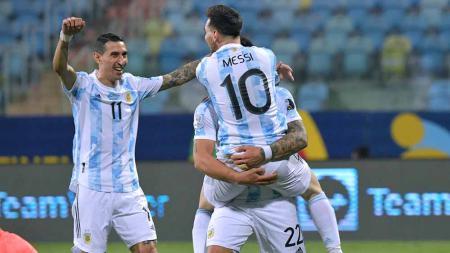 Selebrasi pemain Argentina, Lionel Messi bersama Angel Di Maria usai mencetak gol untuk timnya melalui penalti antara Argentina vs Ekuador. - INDOSPORT