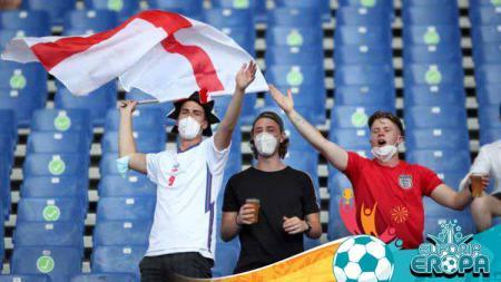 Walaupun sudah dilarang, fans Timnas Inggris tetap hadir di kawasan Stadion Olimpico, Italia untuk mendukung tim kesayangannya melawan Timnas Ukraina. - INDOSPORT