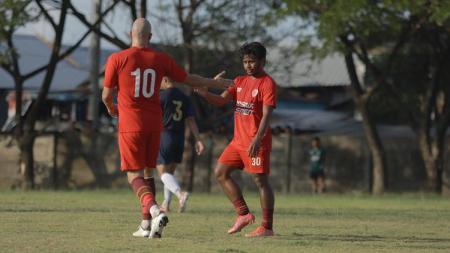 Caretaker pelatih PSM Makassar, Syamsuddin Batola, tersenyum lebar setelah Zulkifli Syukur cs. pesta gol di uji coba pramusim Liga 1. - INDOSPORT