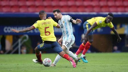Duel pemain Kolombia, Wilmar Barrios, dengan pemain Argentina, Lionel Messi, dalam laga semifinal Copa America 2021 antara Argentina vs Kolombia. - INDOSPORT