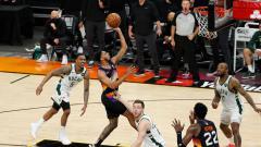 Indosport - Pebasket Phoenix Suns Cameron Payne melakukan tembakan melawan Milwaukee Bucks babak pertama di Game One Final NBA di Phoenix Suns Arena.