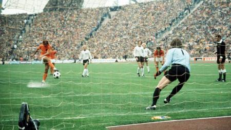 Striker Belanda, Johan Neeskens, mengeksekusi penalti dalam pertandingan final Piala Dunia kontra Jerman Barat, 7 Juli 1974. - INDOSPORT