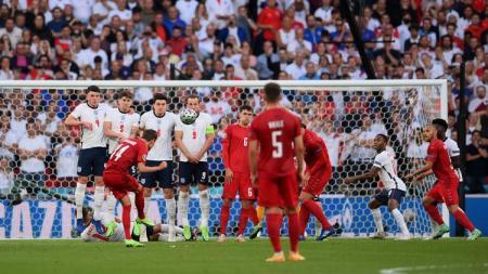 Penyerang Denmark, Mikkel Damsgaard, melepaskan tendangan bebas yang berbuah gol ke gawang Inggris di semifinal Euro 2020. - INDOSPORT