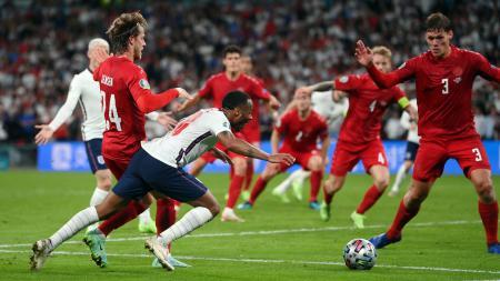 Meskipun keluar sebagai pemenang, Timnas Inggris kebanjiran hinaan usai aksi diving Raheem Sterling yang merugikan Denmark. - INDOSPORT