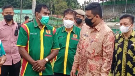Wali Kota Medan, Bobby Nasution (dua kanan), saat meninjau lapangan Stadion Teladan, Medan, Kamis (08/07/21) siang. - INDOSPORT