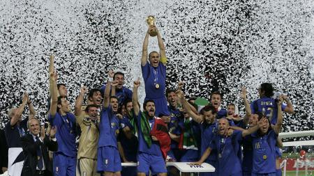 Selebrasi Timnas Italia saat menjuarai Piala Dunia 2006. - INDOSPORT