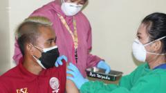 Indosport - Salah satu pemain Sriwijaya FC saat menjalani vaksinasi tahap kedua.