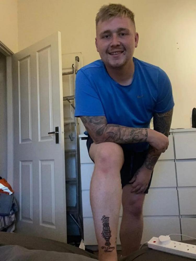 Lewis Holden, salah satu Fans Inggris yang berani memasang tato trofi Euro 2020 untuk kemenangan Three Lions. Copyright: Sport Bible