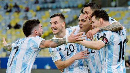 Pemain Argentina, Angel Di Maria merayakan dengan rekan satu tim setelah mencetak gol pertama untuk timnya final Copa America Brasil 2021. - INDOSPORT