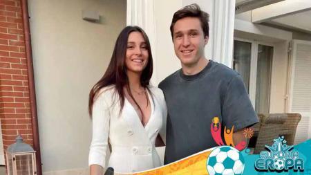Bintang Timnas Italia di Euro 2020, Federico Chiesa (kanan) bersama kekasihnya, Benedetta Quagli. - INDOSPORT