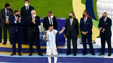 Pemain Argentina, Lionel Messi, menerima trofi pemain terbaik dan top skor Copa America 2021. - INDOSPORT