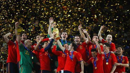 Pemain Spanyol bersuka cita dalam seremoni juara Piala Dunia usai mengalahkan Belanda di final, 11 Juli 2010. - INDOSPORT