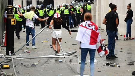 Sejumlah fans Inggris bersikap anarkis untuk jelang laga final Euro 2020 kontra Italia di Stadion Wembley, Senin (12/07/21) dini hari WIB. - INDOSPORT
